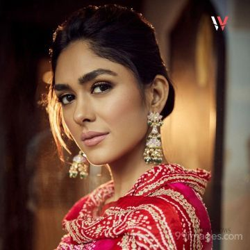Mrunal Thakur Beautiful HD Photoshoot Stills & Mobile Wallpapers HD (1080p)