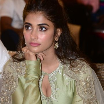 Actress Pooja Hegde at Gaddalakonda Ganesh Success Meet photos HD (1080p)